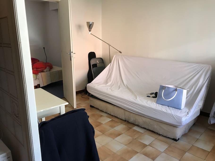 Salon et vu sur la chambre