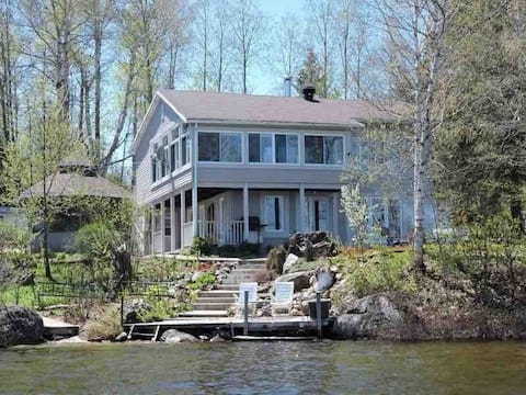 Beautiful chalet by the lake, Mont Laurier