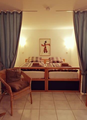 separater Schlafraum, Untergeschoss mit Fenster, Betten stellbar als Doppelbett oder als zwei Einzelbetten