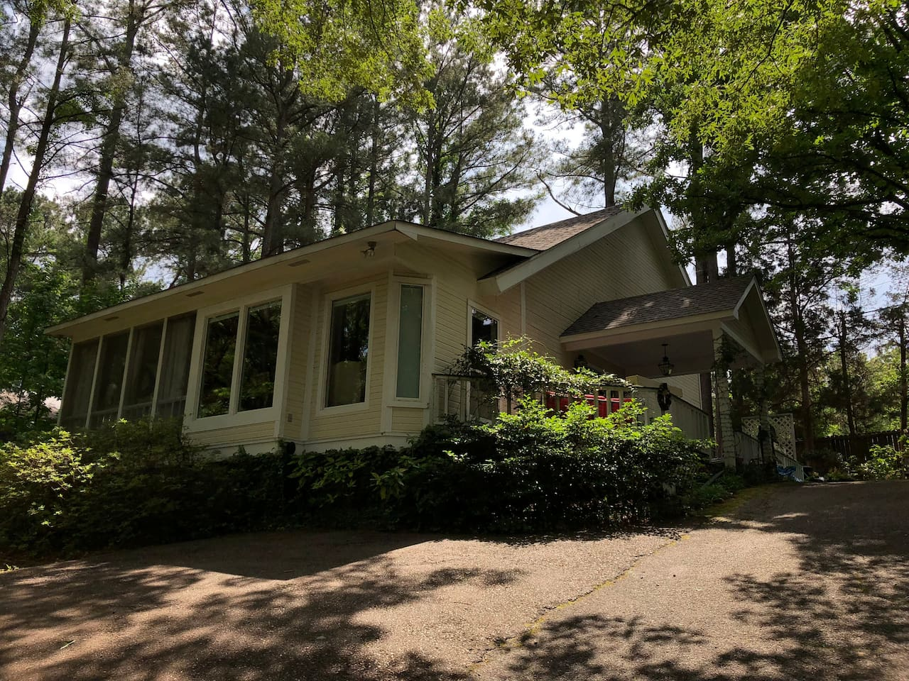 Cottage home on wooded lot, close to campus