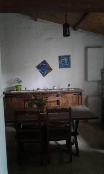El comedor amplio, con ventana al patio y sala con instrumentos musicales