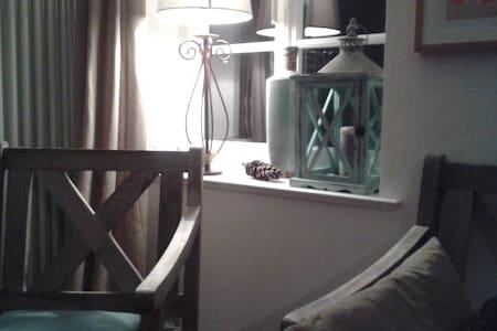 Schönes Zimmer in alter Schule - Hattert - Appartement