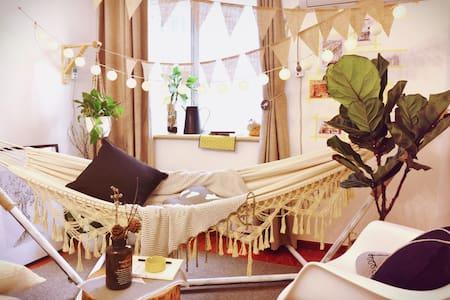 【解忧杂货铺】旧窗摇椅的花园下午茶/洪崖洞步行2分钟/解放碑最最中心/临江门地铁D号口 - Чунцин - Квартира