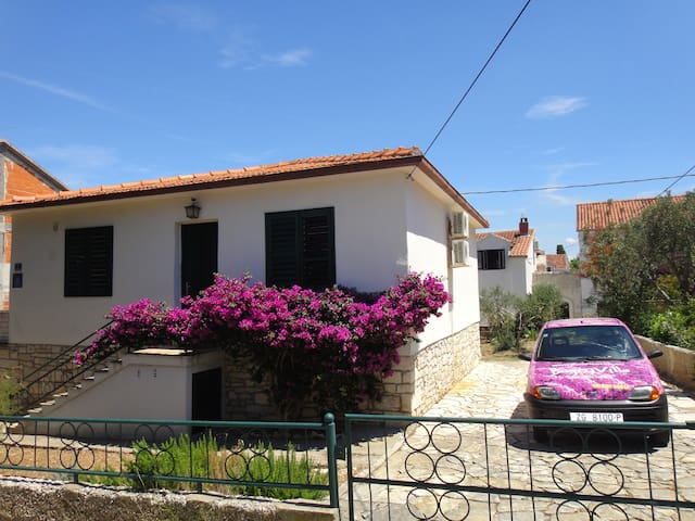 BugenVilla only house with car use - Supetar - Casa