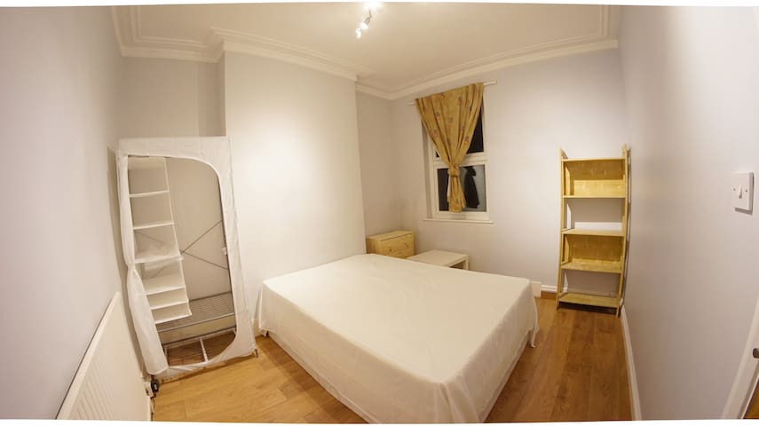 Double Room in Female House Share -- ref01547 - London - House