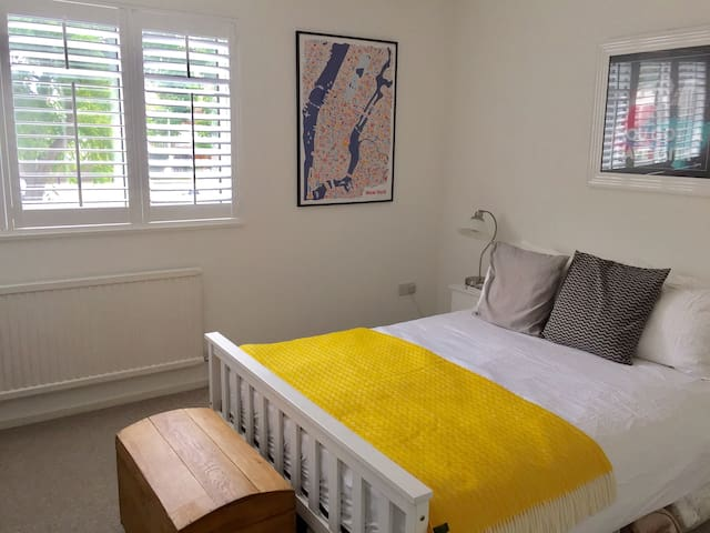 Lovely double room, private bathroom, free parking