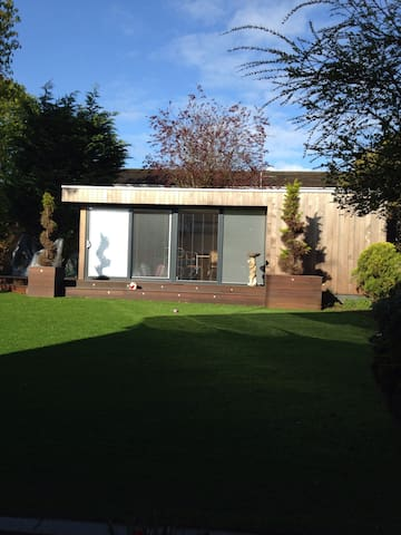 Self contained garden room - Borehamwood