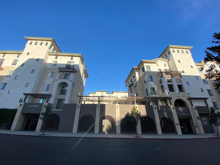Luxury apartment in downtown Alhambra. 1 b1 b