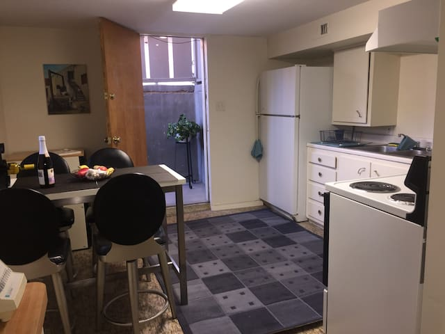 Private, clean centrally located 1Bdrm, bsment apt - Murray - Apartamento