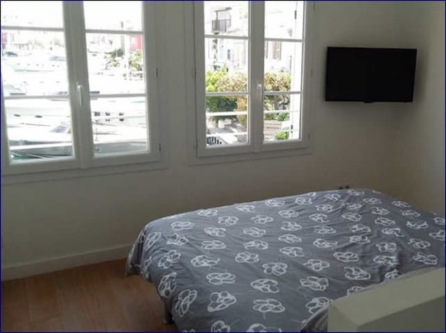 chambre double 1 ier étage , vue canal, téléviseur, lit 160