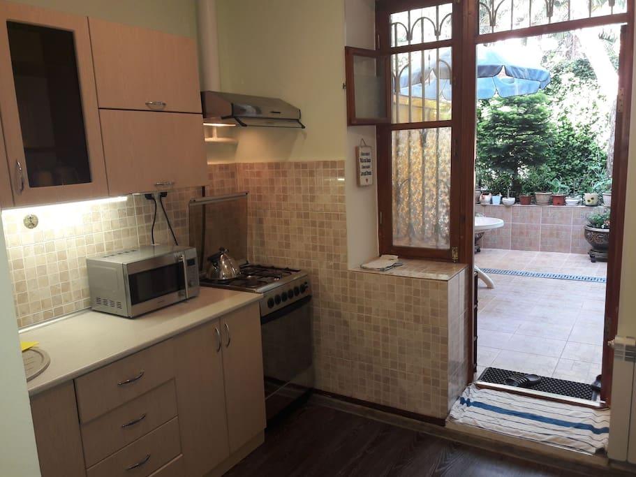 вид из кухни на внутренний дворик