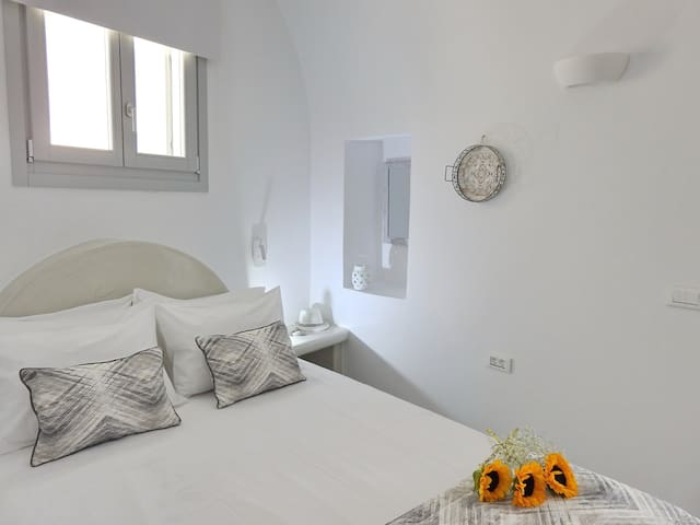 Lovely Cave - double bed Suite Akrotiri Santorini
