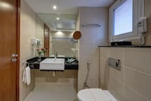 ELEGANT BRAND NEW  HOTEL W BREAKFAST FOR 2 - MOE
