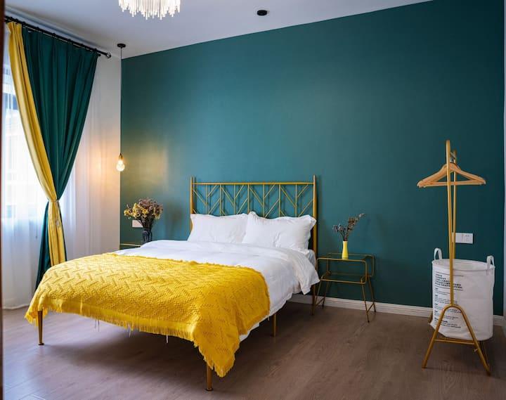 超大空间一室一厅大床房+毗邻广西师范大学+每日消毒+免费停车!