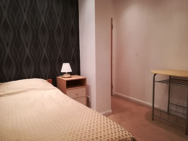 Comfortable Single room 5  min Drive from Airport