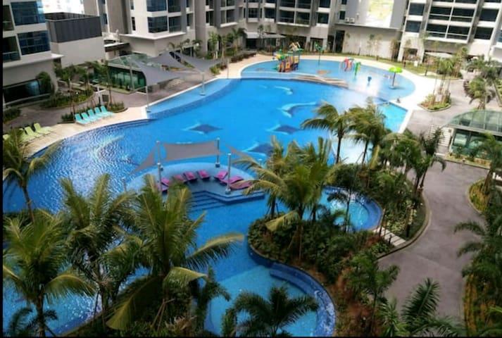 Stunning swimming pool @ level 7th