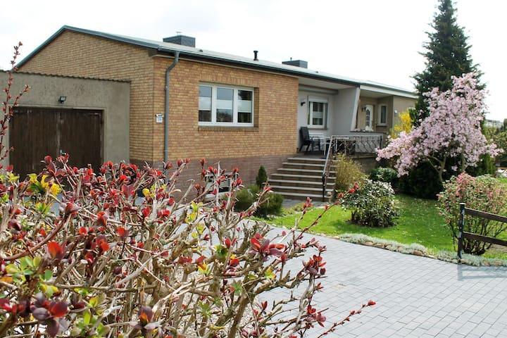 Gemütliches Vierzimmer-Ferienhaus mit Garten und Terrasse