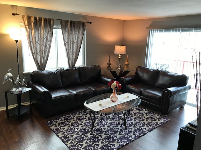Cozy and luxurious 2 bed and 2 bath near Denver