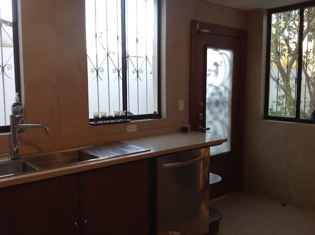 SHARED HOUSE CLOSE TO THE AIRPORT. - Quito - Ev