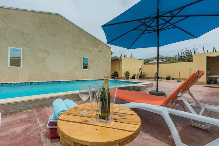Cozy 2 Bedroom Apt. w/ Pool & BBQ near PalmBeach