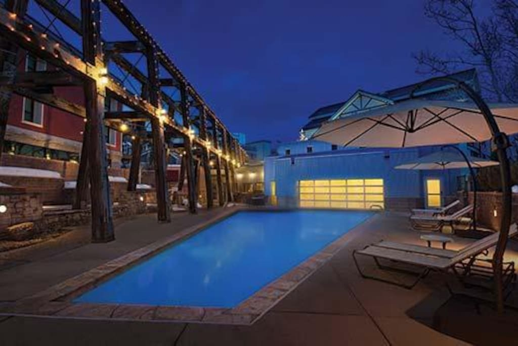 Outdoor pool, hot tub, grills