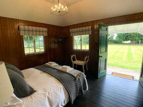 Unique Stay in Bowling Clubhouse -5 min from Perth