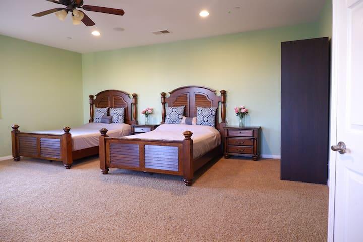 Rose Cozy Large room  two beds (玫瑰舒适双床超大雅房)