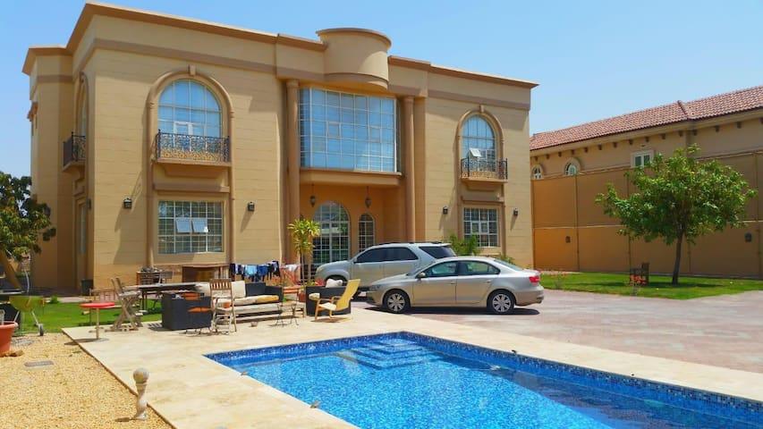 Huge Ensuite bedroom in a Massive Villa in Barsha