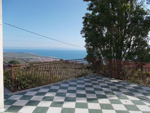 Terrazza al piano superiore di circa 100 metri quadri con spettacolare vista sul golfo di Sant'Eufemia  Terrace with sant'Eufemia gulf wiev.