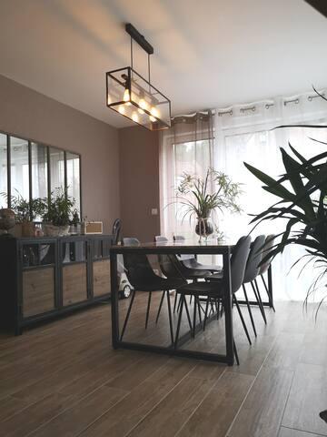 Espace salle à manger très lumineux.