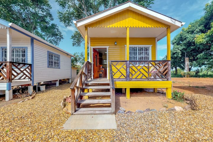Relaxing studio outside of Dangriga with free WiFi, porch, & AC!