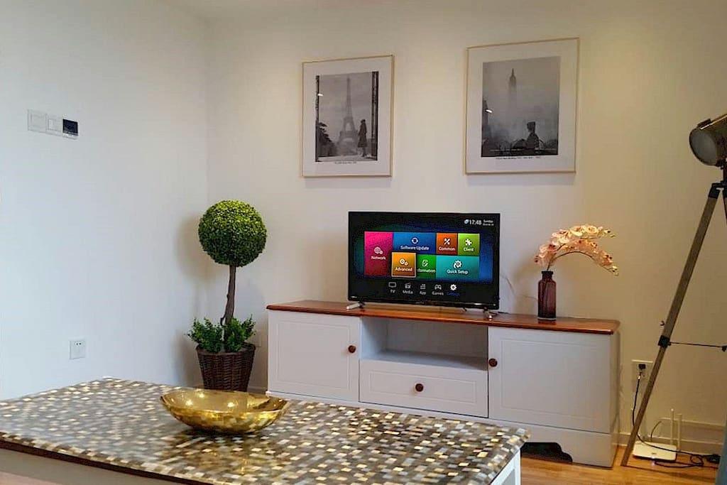 Living room with smart TV+internationl channels (incl a 1.2m sofa bed, a floor mattress can be added)  客厅 配备智能电视+国际频道(含一张1.2米沙发床,可另加一张单人榻榻米)