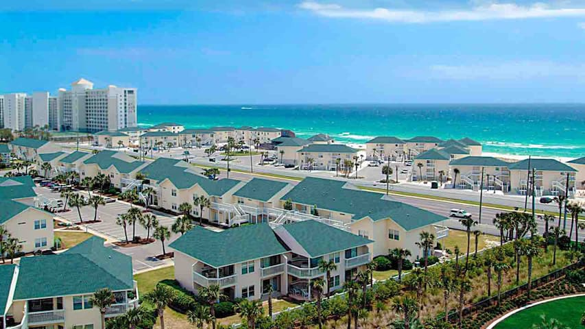 Heart of Destin Studio Condo (Private Beach!)