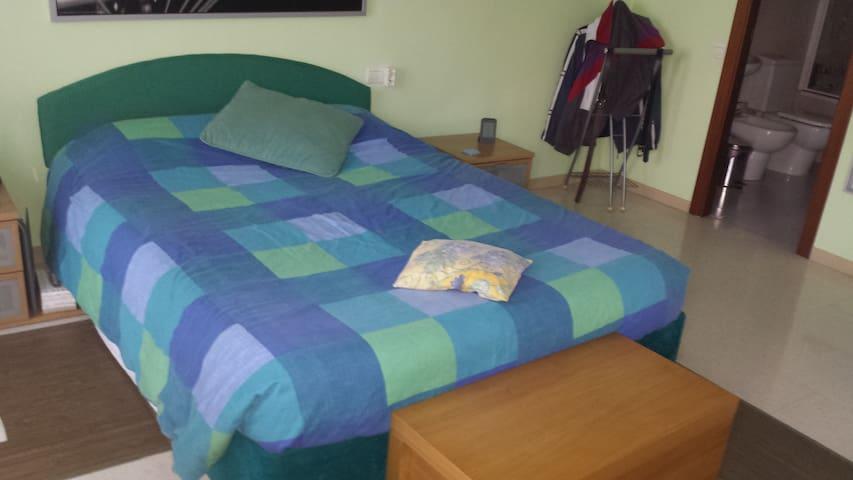 Habitación suite con vestidor,baño privado,balcon. - Parets del Vallès - Casa adossada