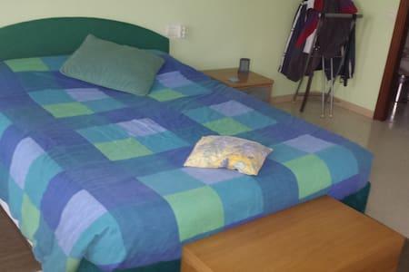 Habitación suite con vestidor,baño privado,balcon. - Parets del Vallès - Şehir evi