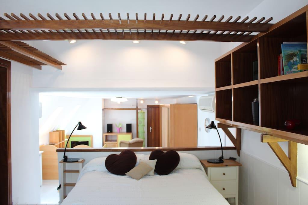 Cama doble y vistas desde la zona de dormitorio