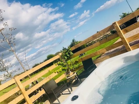 Spitfire Barn with hot tub-tranquil area nr. Dover
