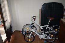 Bicicletas para crianças e mesa de exterior/Exterior table em bikes for kids