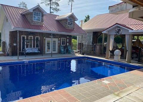 Resort-Style Family Cottage with a Pool in Laurel