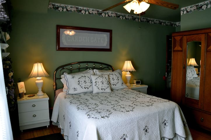 Garden Gate Bed and Breakfast: Garden Suite
