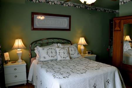 Garden Gate Bed and Breakfast: Garden Suite