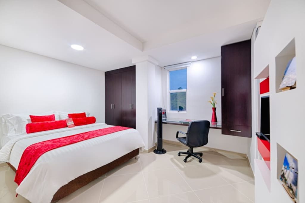 Habitación con cama queen y zona de trabajo- Bedroom with queen size bed and work station