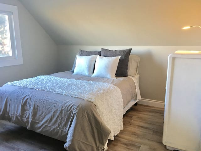 Private Bedroom, queen bed - Kenora - House