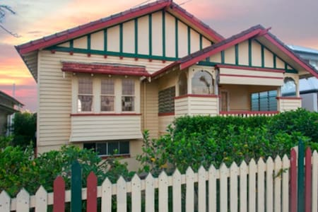 Waterfront queenslander in heart of Sandgate - Sandgate