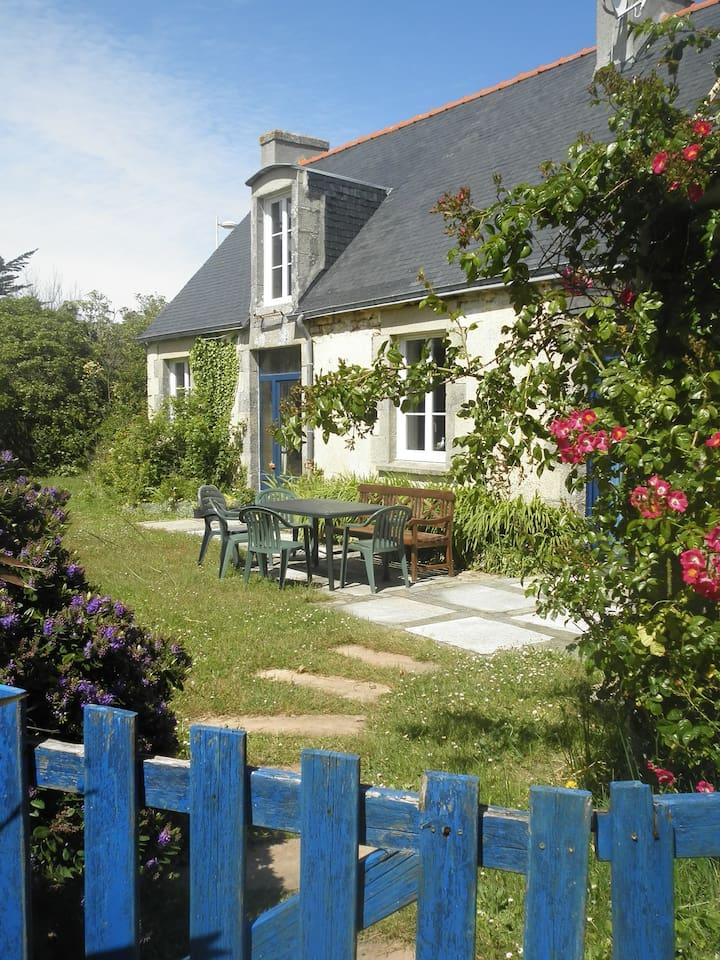 le jardin clos, la terrasse et la maison