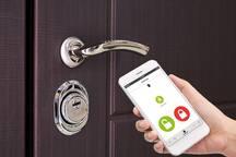 Во входной двери установлен электронный замок фирмы Danalock, который управляется (открывается/закрывается) через приложение на мобильном телефоне.