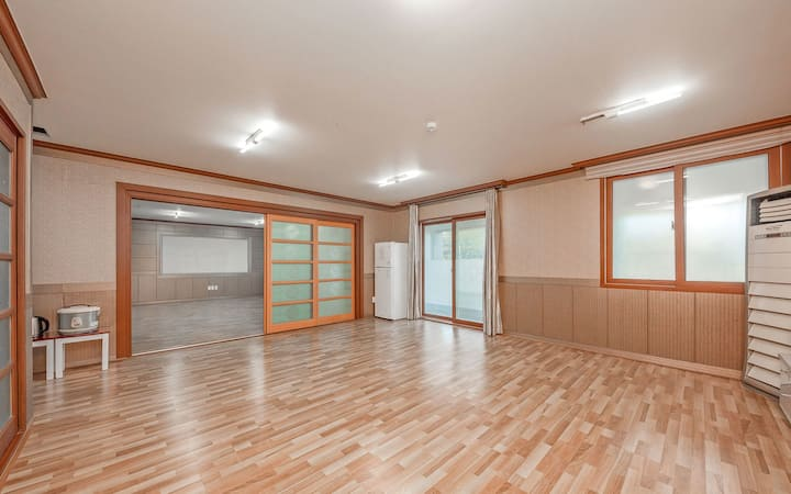 화이트&우드의 깔끔하고 정결한 넓은 객실 101호