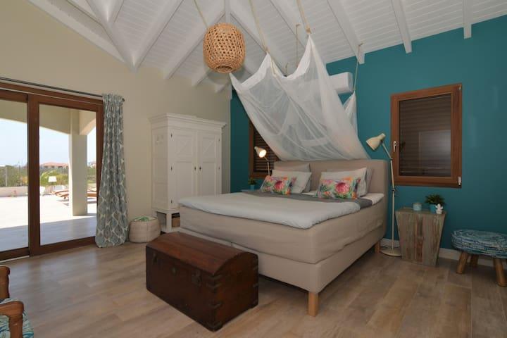Master bedroom met schuifdeur naar de porch