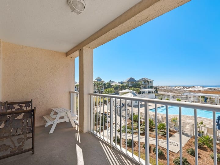 2nd Floor Gorgeous bay view condo, beach setup & bicycles included!