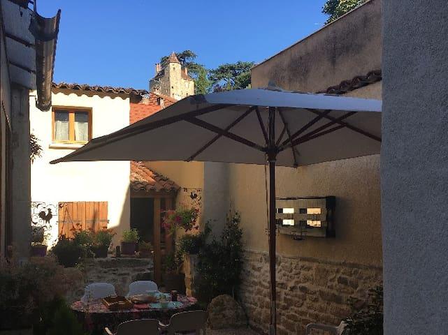 Espace repas extérieur avec barbecue